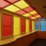 Разноцветные жалюзи на панорамных окнах