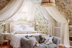 Провансальский интерьер с мансардным окном