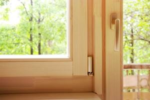 Дешевые деревянные окна со стеклопакетом