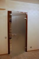 Цельностеклянные распашные двери заняли свою нишу – в российских «середняцких» квартирах