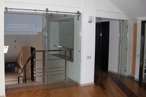 Двери из прозрачного стекла в офисе нельзя воспринимать однозначно хорошо или плохо
