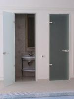 Со стеклянными дверьми ванная смотрится более современно
