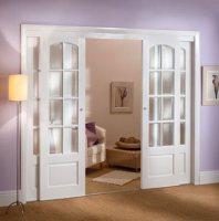 Белые стеклянные двери с прозрачным стеклом – настоящая классика!