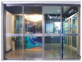 Под алюминиевыми дверями со стеклом чаще подразумевают вот такие раздвижные