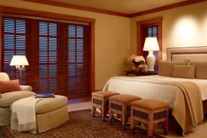 Горизонтальные жалюзи из дерева в спальне