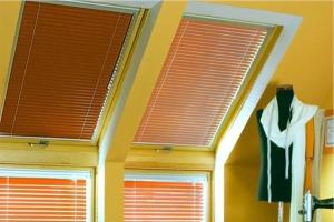 Горизонтальные деревянные жалюзи на мансардных окнах