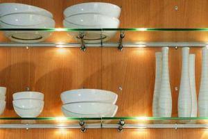 Стеклянные полки открытого типа на кухне