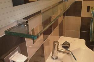 Одноярусная стеклянная полочка под зеркалом