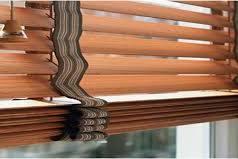 Деревянные жалюзи – отличная защита от солнечных лучей