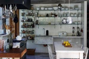 Различная утварь на стеклянных полках на кухне