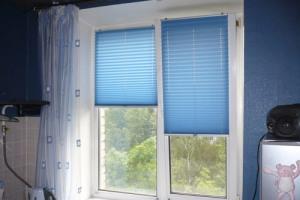 Окно со свободновисящими шторами плиссе