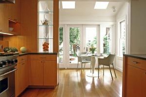 Зонирование кухни при помощи стеклянных полок