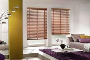 Спальная комната с деревянными жалюзи на окнах