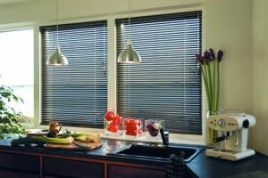 Кухня с горизонтальными жалюзи из алюминия