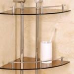 Полочки из стекла отлично сочетаются с керамической плиткой в ванной
