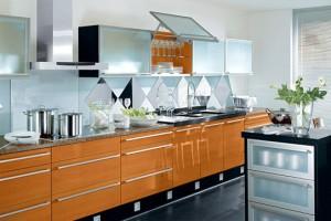 Кухня со стеклянными полками