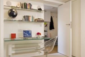 Стол из стекла в спальне