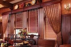 Гостиная с горизонтальными жалюзи из дерева
