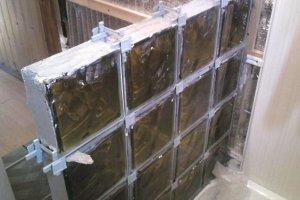 Монтаж стеклоблоков в фанерную решетку