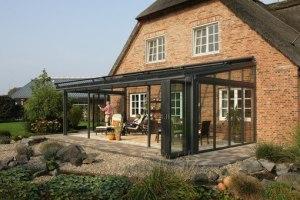Фасадный вариант зимнего сада – при прочих равных условиях самый дешевый