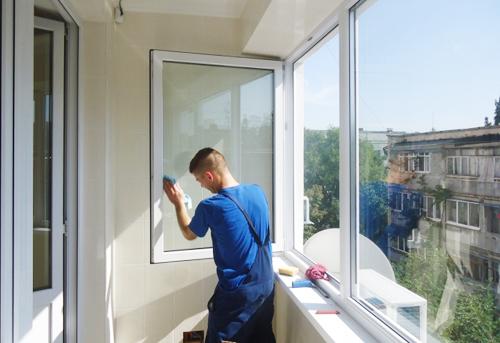 kak-pomyt-okna-na-balkone-snaruzhi1