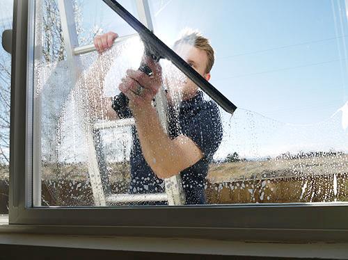 Мытье окон на высоких этажах снаружи