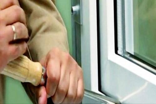 Как вскрыть пластиковое окно