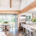 дизайн кухни с двумя окнами на разных стенах-m
