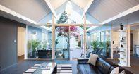 Кухня со стеклянной стеной