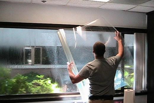 Установка энергосберегающей пленки на пластиковое окно