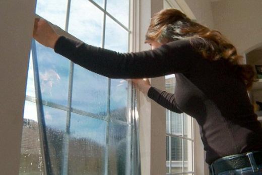 Утепляем окна с помощью теплосберегающей пленки