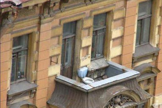 Унитаз на открытом балконе